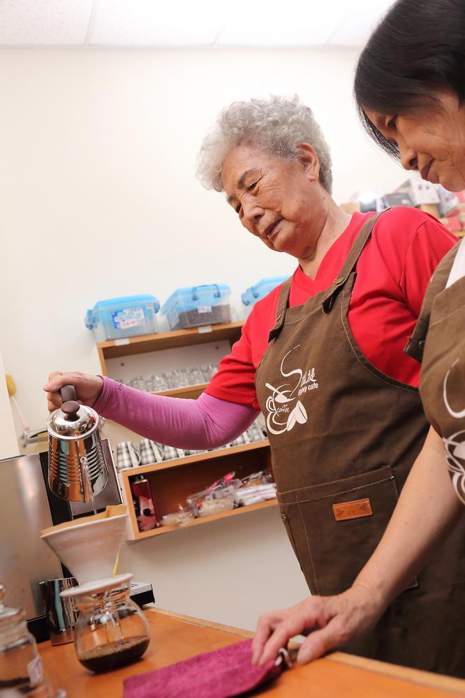 學習咖啡技能,不只替社區跟阿嬤多了收益,也讓阿嬤多了新話題。(攝影/Carter)
