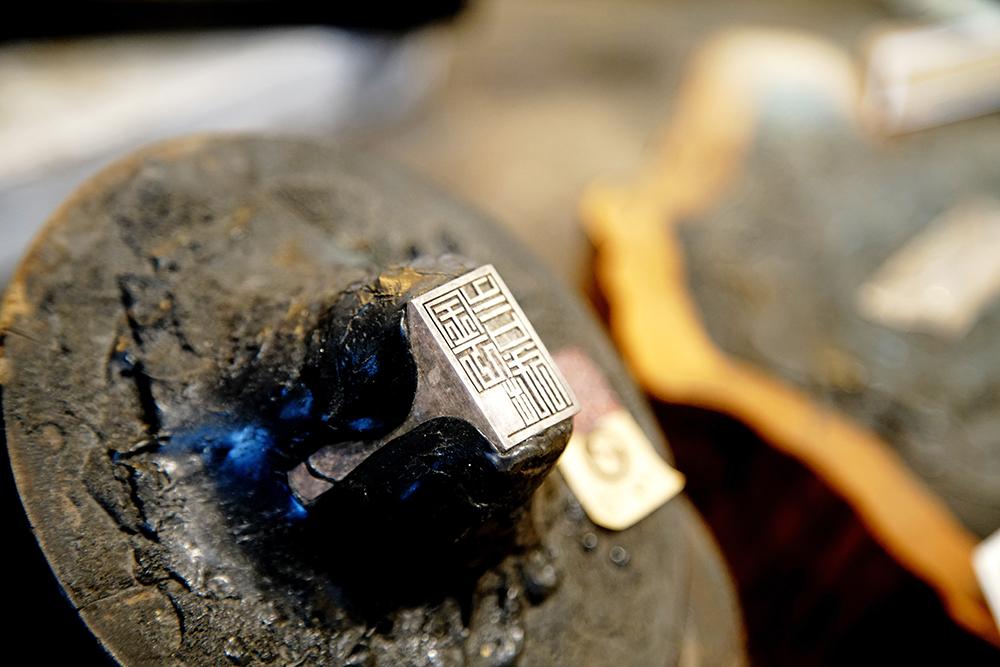 印章戒指、長命富貴金牌復刻,依然受歡迎。