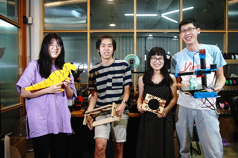 鍾薏玟、江憶鴻、薛羽辰、陳政仲(由左至右)來自不同背景,共同合作成立硬印工作室。(攝影/曾信耀)
