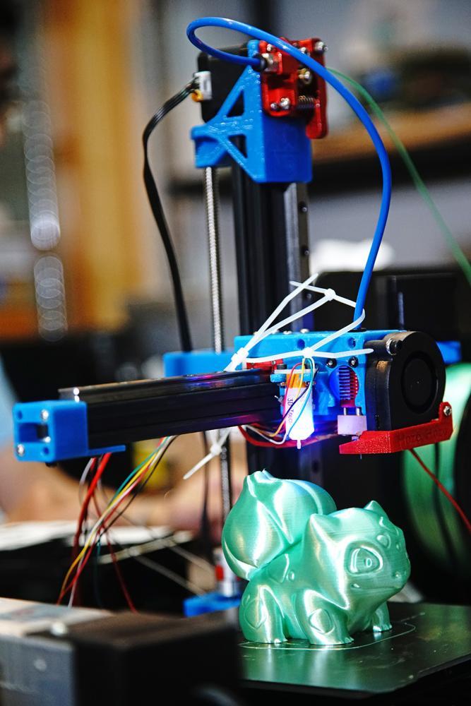 訴求永續經濟環保概念的3D列印機,採用保特瓶回收再製所生產的線材。(攝影/曾信耀)