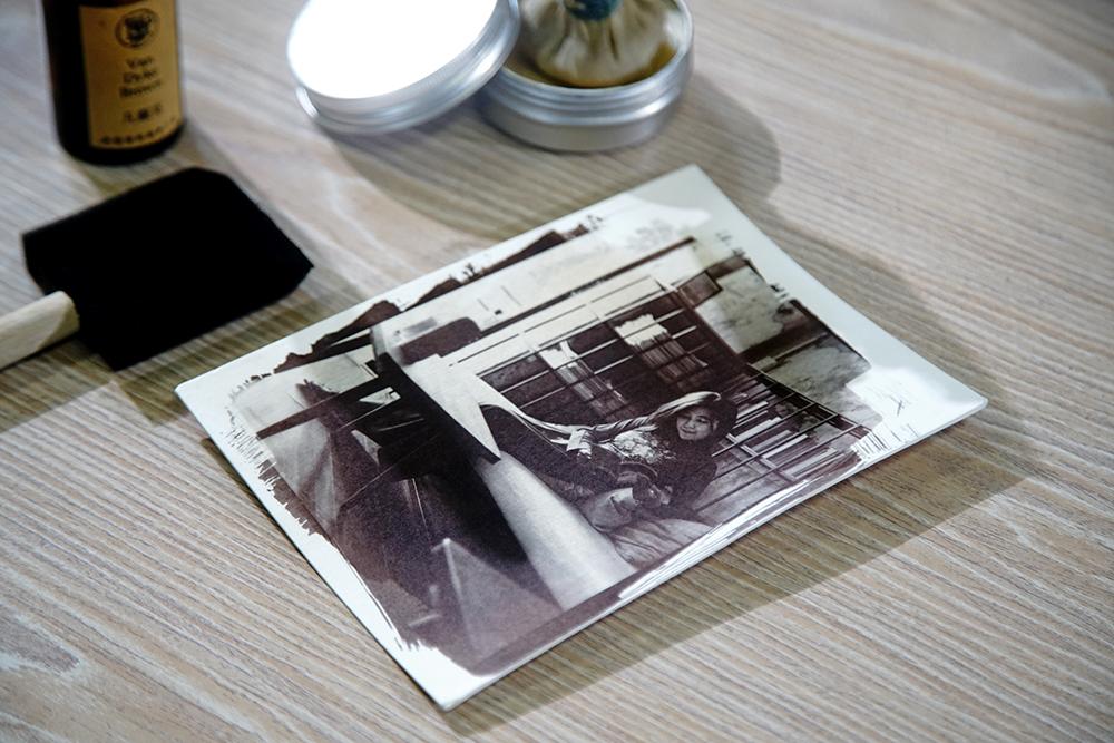 上火棉膠時沾黏的灰塵、顯影過程產生的不規則紋路或斑點,造就濕版攝影獨一無二的個性。(攝影/曾信耀)