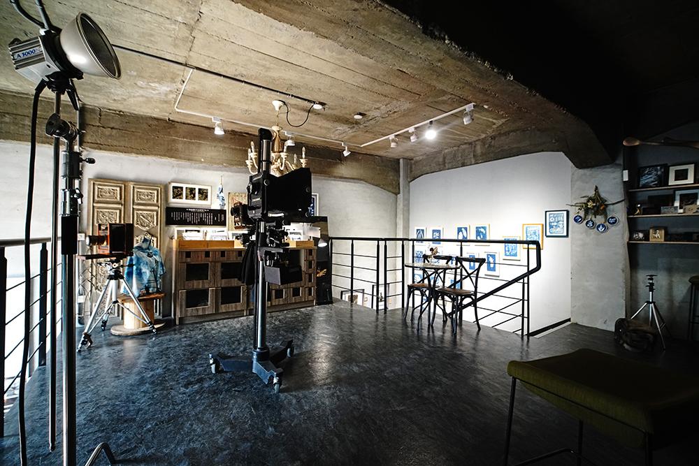 二樓為專業攝影棚和暗房,也是體驗濕版攝影的空間。(攝影/曾信耀)