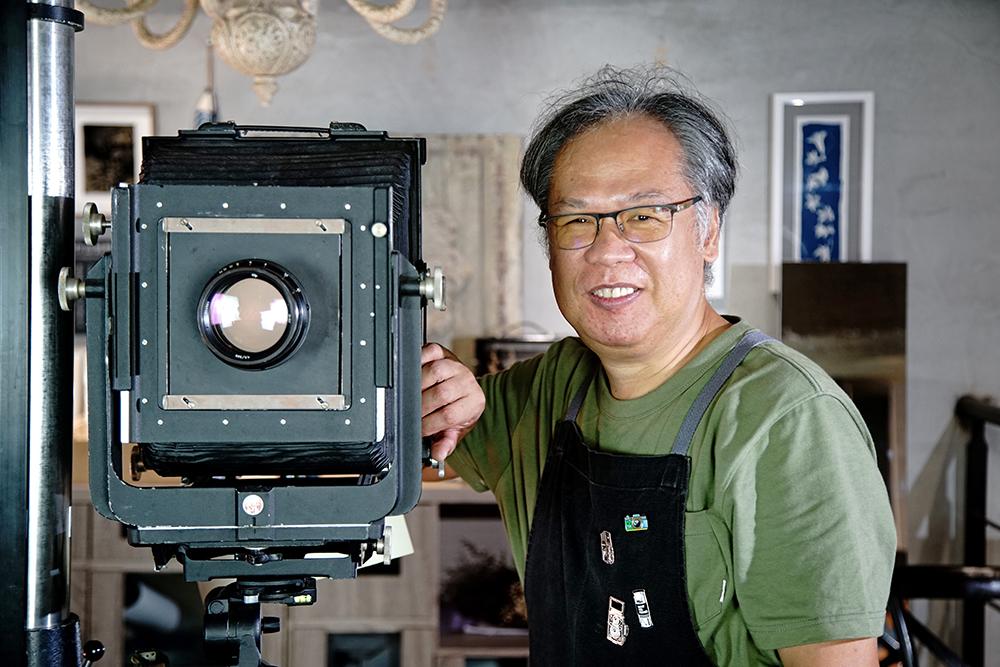 郭建良從傳統賽璐璐底片接觸攝影,數位化多年後又走回古典攝影。(攝影/曾信耀)