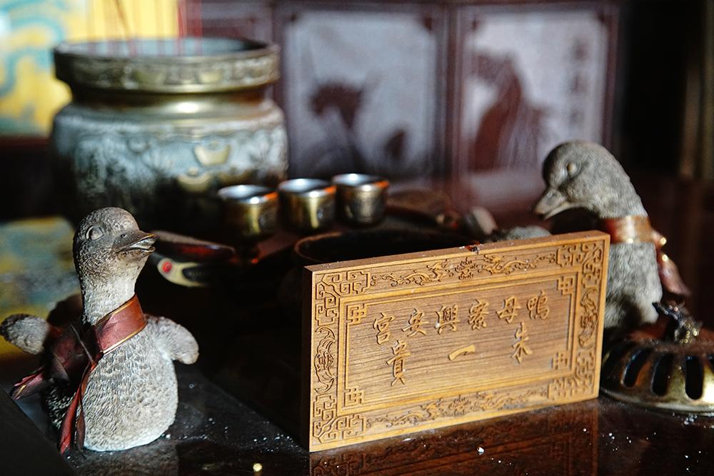 興安宮供桌供奉著木鴨與鴨蛋,看起來相當有趣。(攝影/曾信耀)
