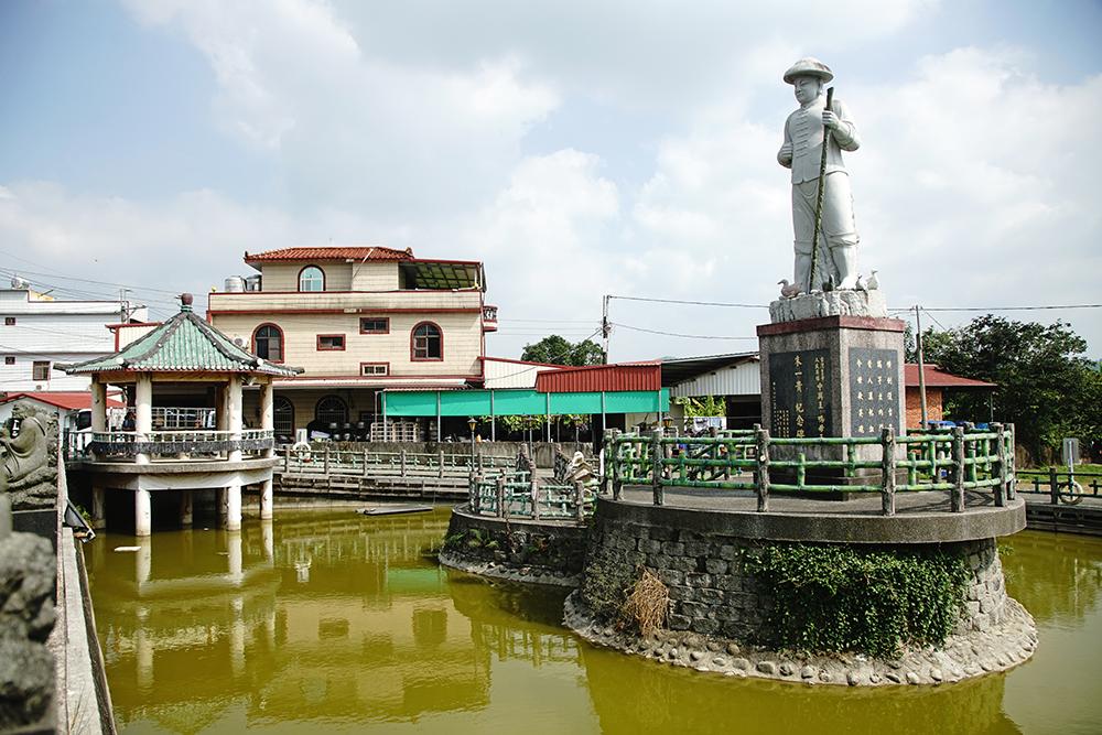 全台最大的「鴨母王」朱一貴石雕像高15尺1吋,矗立養鴨池中央。(攝影/曾信耀)