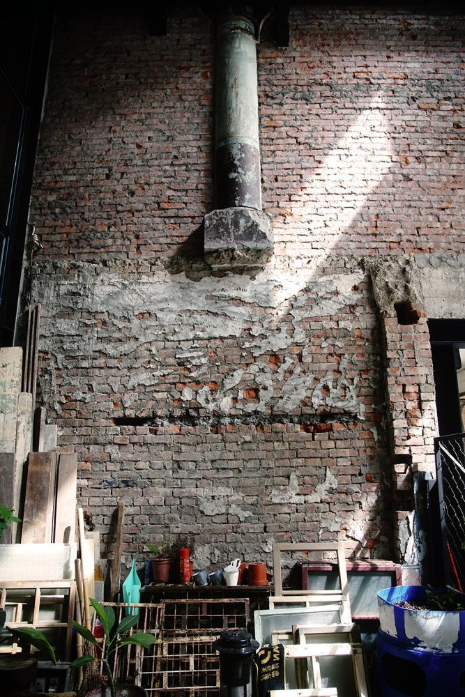 半根圓柱突兀的鑲嵌半空中,是昔日「致美齋飯店」存在的痕跡。(攝影/曾信耀)