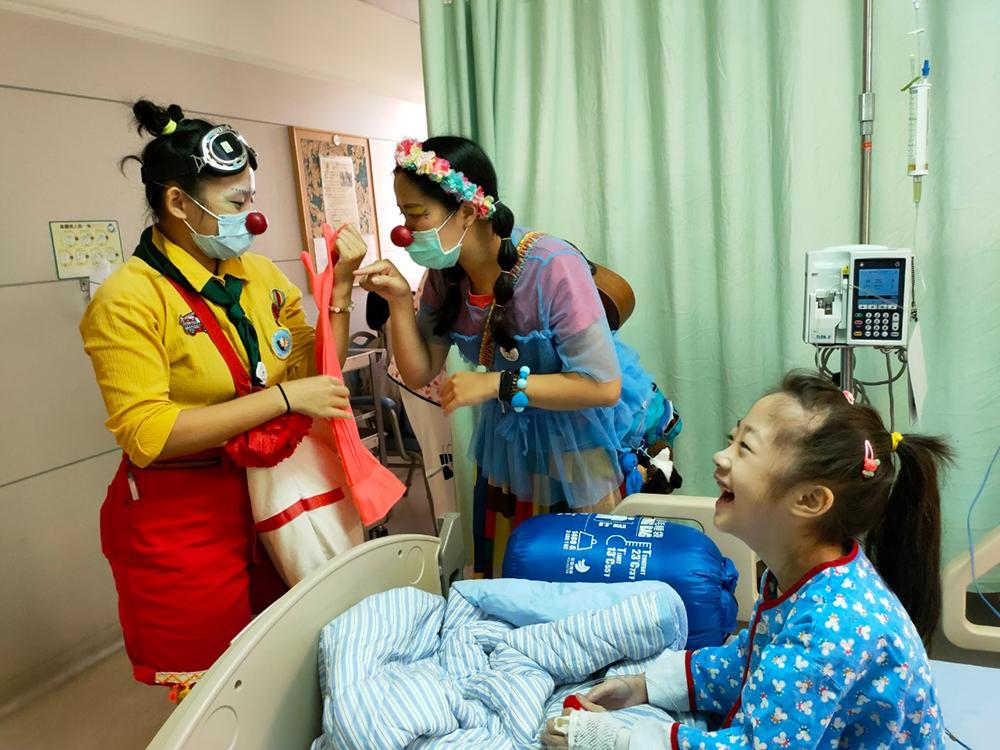 紅鼻子醫生不只給了病童微笑處方,也用音樂、戲劇和遊戲紓解了醫療團隊的工作壓力。照片提供/紅鼻子關懷小丑協會)