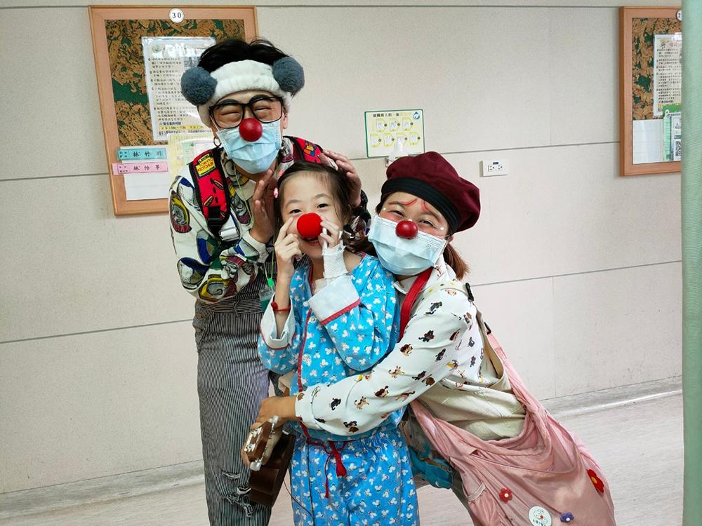 在醫院治療的病童開心期待著紅鼻子醫生來巡房。(照片提供/紅鼻子關懷小丑協會)