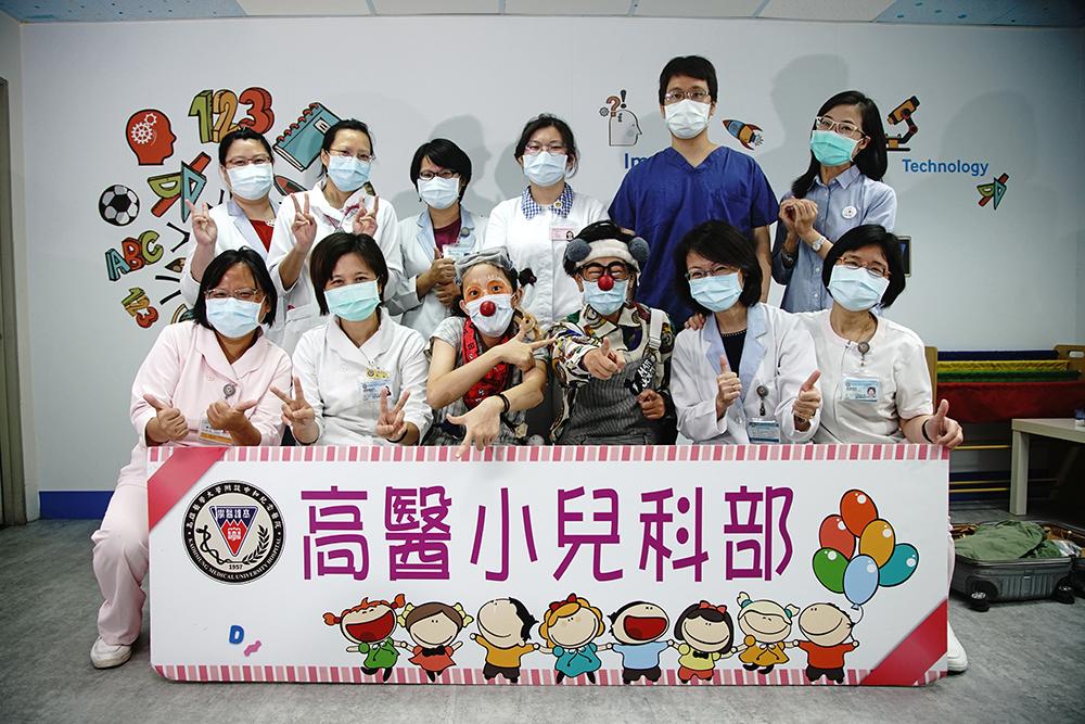 高雄醫學大學校長鍾育志推動友善醫療,紅鼻子醫生在小兒科部扮演很重要的角色。(攝影/曾信耀)