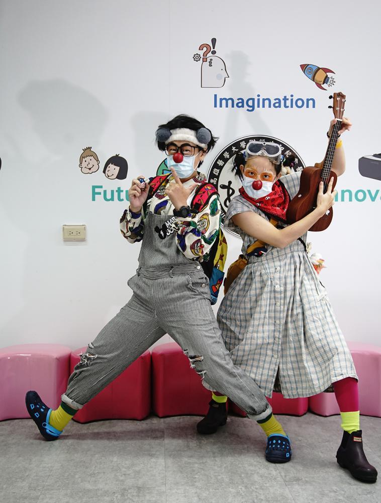 「阿嗚」和「淘氣」一換上小丑裝,整個人就蹦蹦跳跳。(攝影/曾信耀)