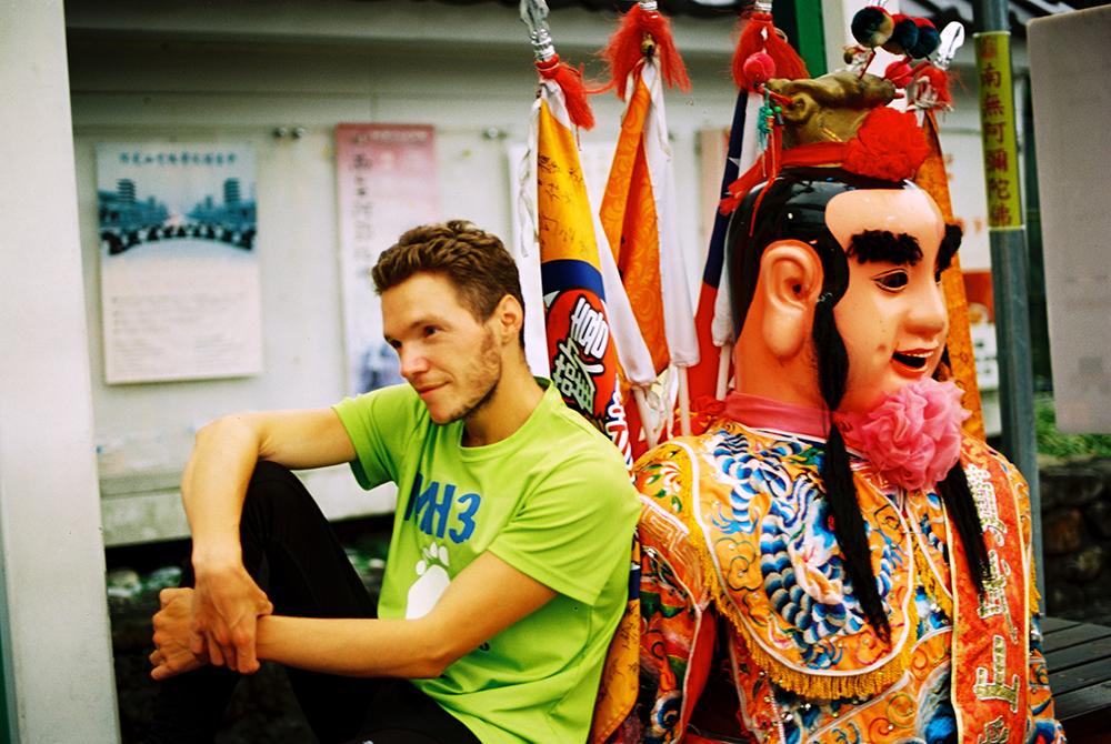 2013年,吉雷米揹著三太子環台,一個月內跑了1111公里,用雙腳愛台灣的真情全記錄。(照片提供/吉雷米)