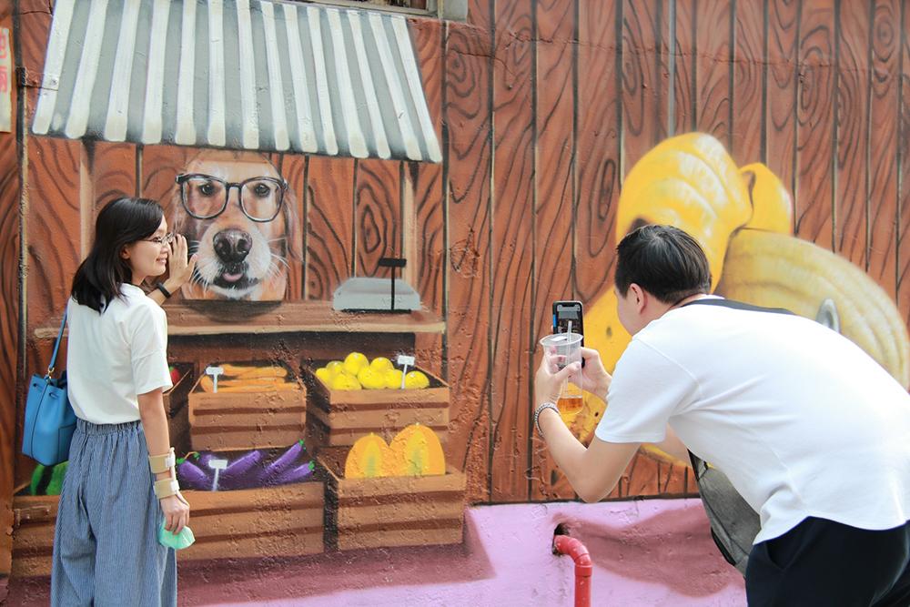 區域彩繪作品眾多,吸引參觀民眾與畫作互動拍照。(圖片提供/苓雅區公所)