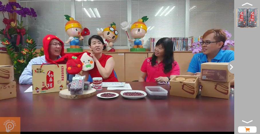 農業局長吳芳銘(左一)和主持人介紹大寮吉祥物紅豆妹和阿米哥。