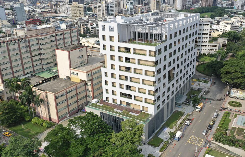 純白嶄新現代化的高齡整合長期照護中心大樓。(圖片提供/高雄市政府衛生局)