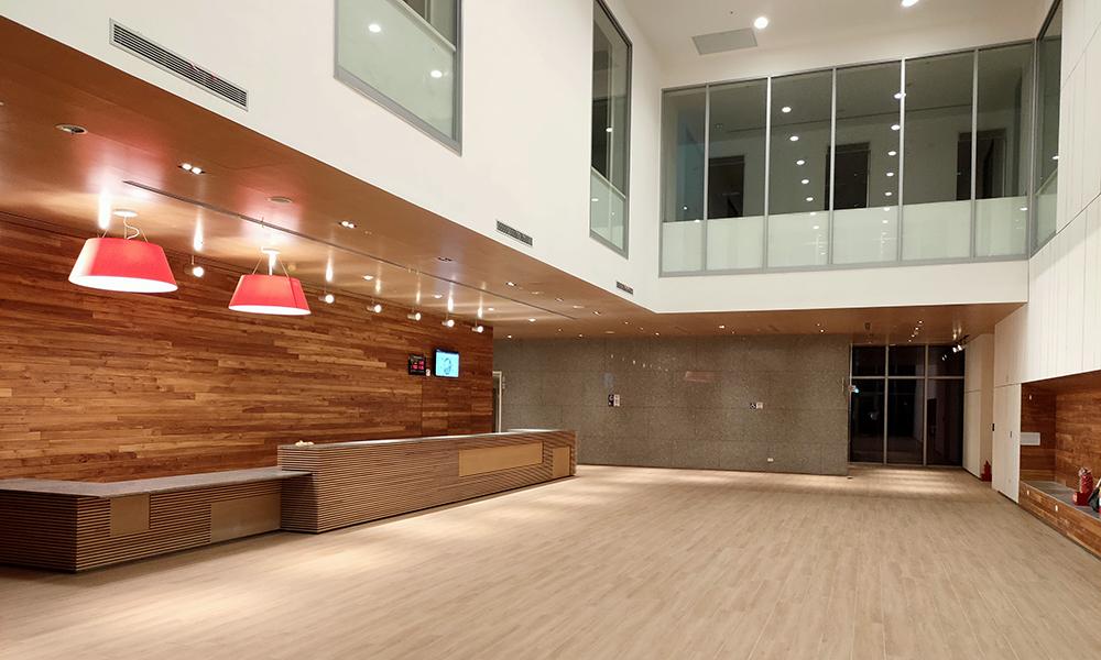 入口接待與公共空間寬敞明亮,宛如飯店大廳。(圖片提供/高雄市政府衛生局)