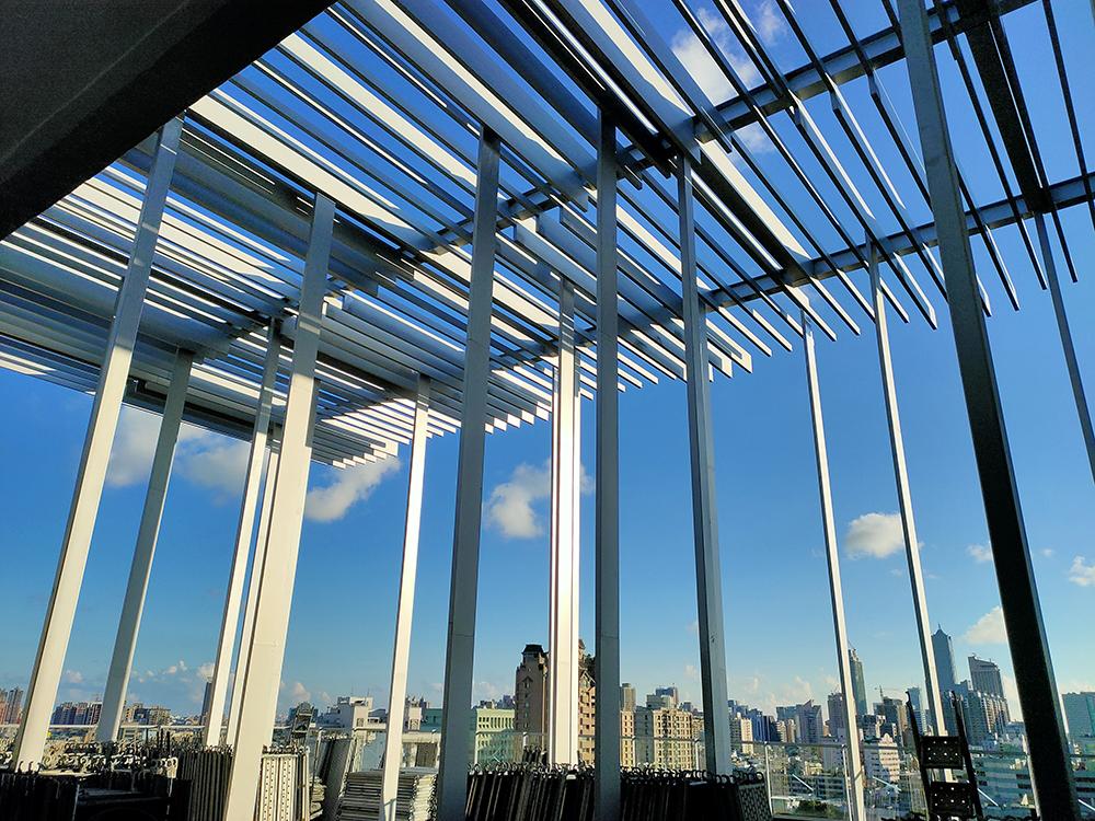 10樓西側景觀露臺,陽光灑落視野明亮。(圖片提供/高雄市政府衛生局)
