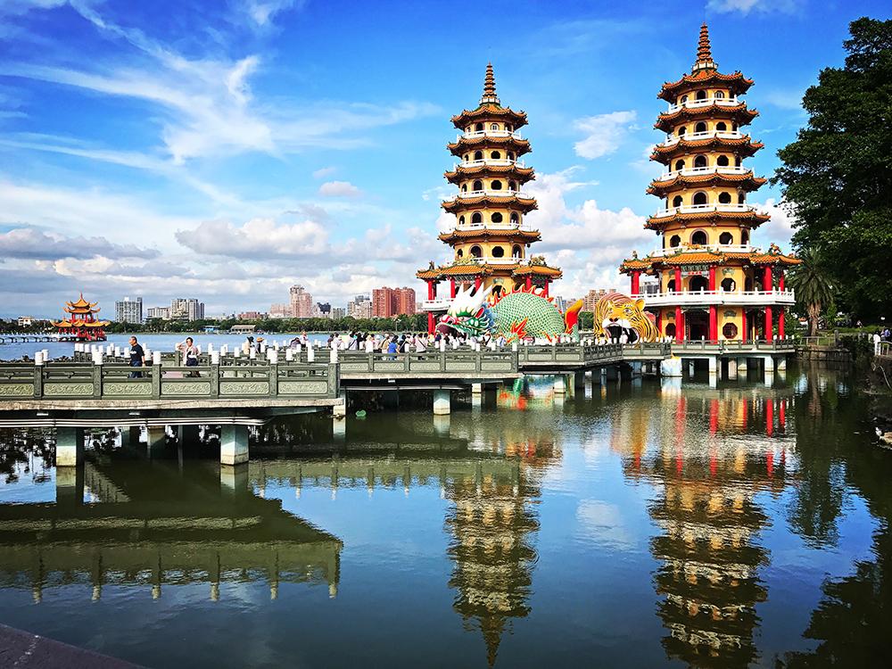 龍虎塔是蓮池潭最經典的景致。