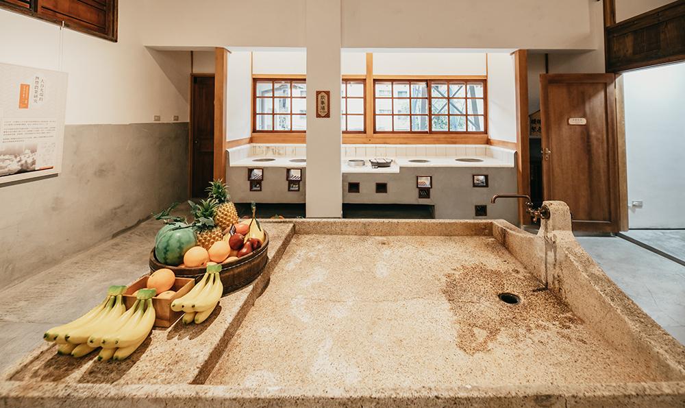 炊事場即為廚房,設置六口爐灶以應付各種菜色,中央設有流理臺清洗食材。(攝影/蔡嘉瑋)