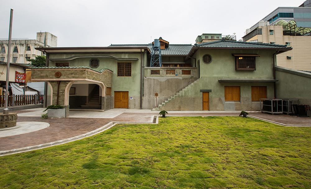 逍遙園綠色屋頂、木造窗櫺,日西合壁的優雅洋房,悄悄坐落在舊眷村民宅一隅。(攝影/黃敬文)