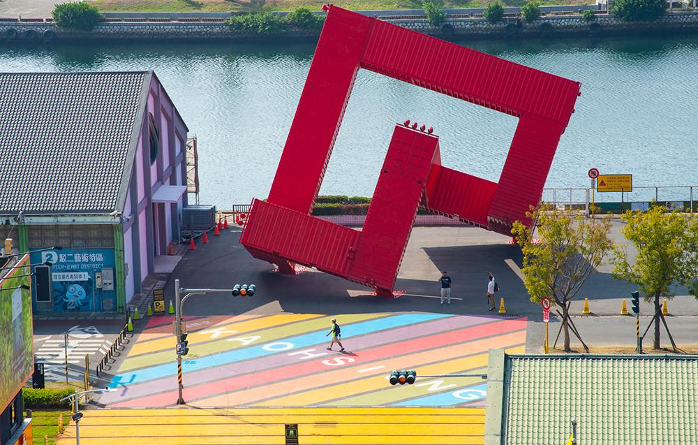 彩虹地景的後方是紅色貨櫃裝置藝術「巨人的積木」。(攝影/黃敬文)
