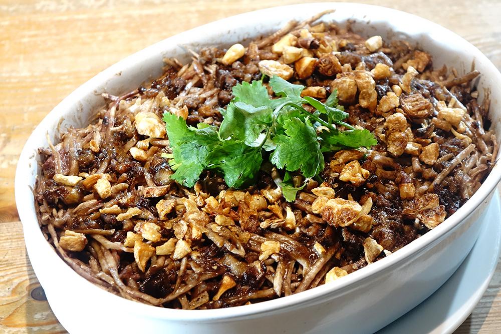 芋簽粿是李媽媽親手特製的溫暖家庭味之一,尤其冬天適逢芋頭盛產時節,鬆軟綿密口感特別美味。(攝影/曾信耀)