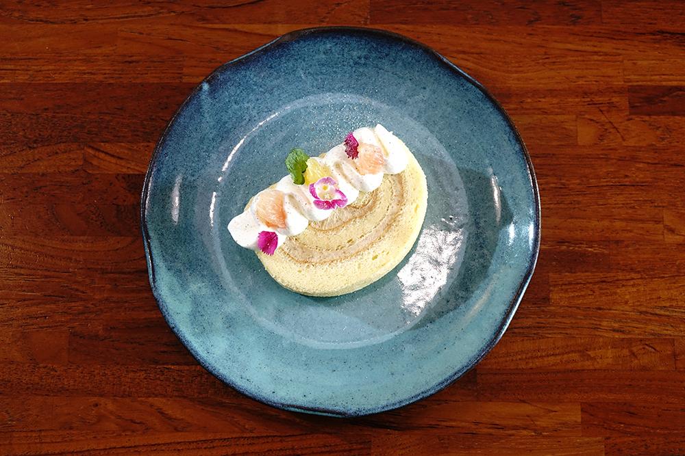 來自高雄大社在欉有機土芭樂,與法國奶油、 日本麵粉、靈芝蛋、有機檸檬汁製作,變身法式「土芭樂蛋糕捲」。(攝影/曾信耀)