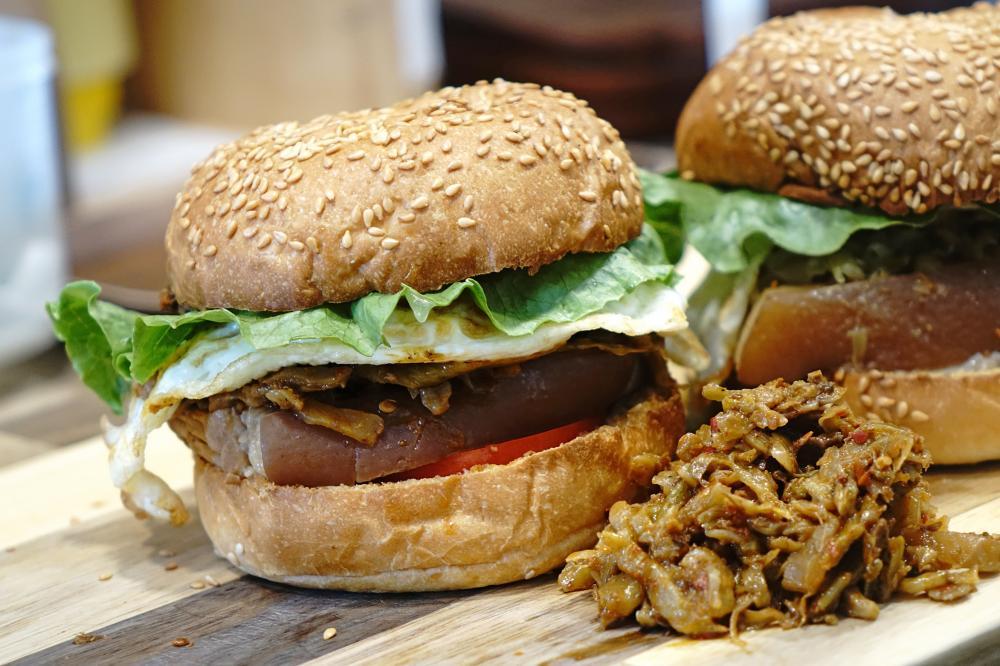 「麻辣魯肉堡」是梁蘇蘇手作食最有人氣的品項。(攝影/曾信耀)