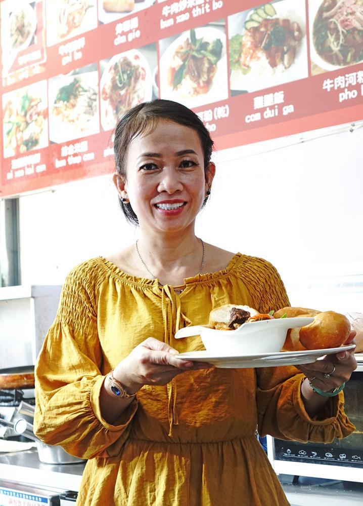 來自越南的張玉嬌鳳不僅做得一手道地的家鄉料理,對台灣小吃也樣樣精通。(攝影/曾信耀)