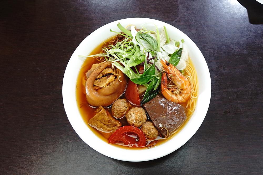 蟹米麵在越南是一道家常菜色的蟹膏湯米線,老闆增加鴨血、豬腳、肉丸、蝦子、豆腐等配料超澎湃。(攝影/曾信耀)