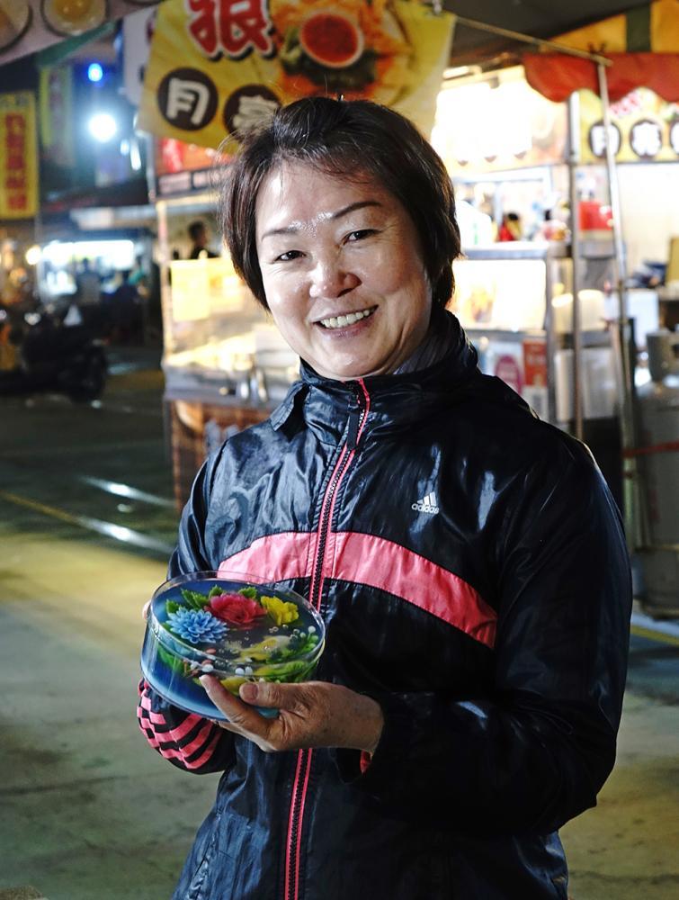 賴鳳嬌從電子業退休之後,在果凍花創作中,找到屬於自己的舞台。(攝影/曾信耀)