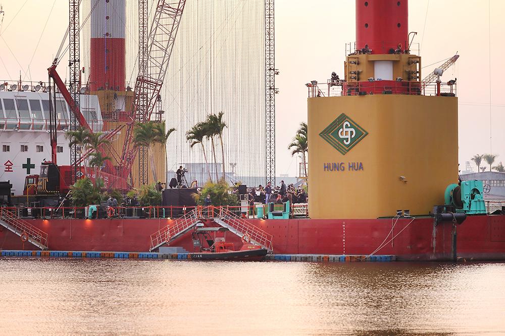 台灣有這麼一艘「萬能平底船」,可以救難、搭建旋轉橋,又能完成離岸風電的布建。(攝影/Carter)