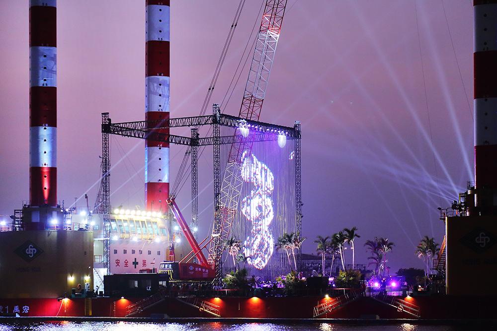 全台最大海事平台工作船宏禹一號化身成為2021高雄跨年的「海上舞台」。(攝影/Carter)