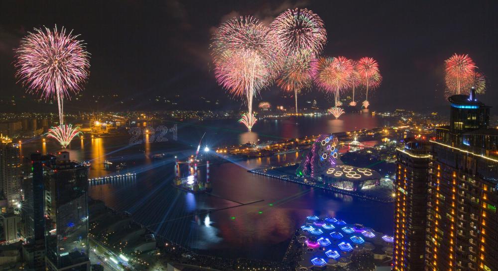 別於以往,高雄2021跨百光年煙火秀,採繞港方式呈現,點亮港灣特有文化。(攝影/黃敬文)(攝影/黃敬文礼)