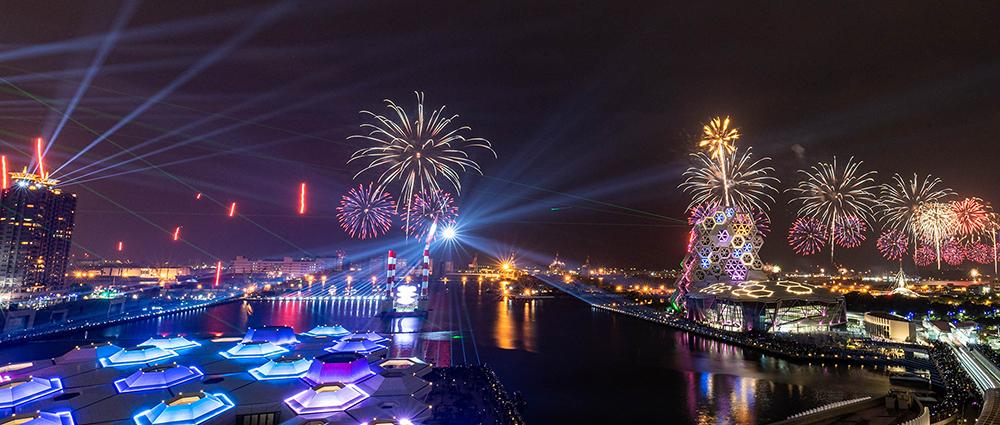 綿延港灣的絢爛煙火,象徵港都的美好前程。(攝影/莊詠森)