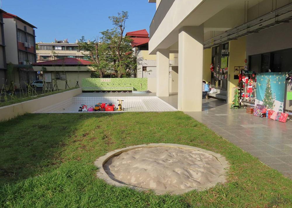 園內的建築和設備新穎多元,一樓設有戲水池、沙坑和跑道。(圖片提供/新甲非營利幼兒園)