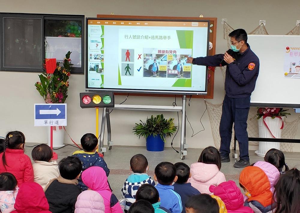 附近警察局等單位到幼兒園現場教學。(圖片提供/新甲非營利幼兒園)
