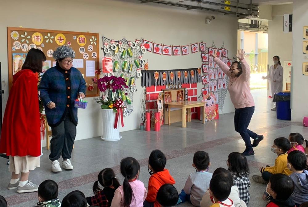 活潑有趣的戲劇演出,讓孩子在歡笑中學習。(圖片提供/新甲非營利幼兒園)