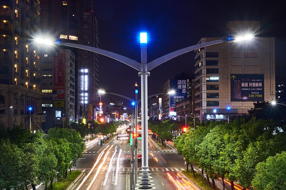 流線造型的路燈擁有節能省電、低毀損、美化市容的效果。(攝影/李曉萍)
