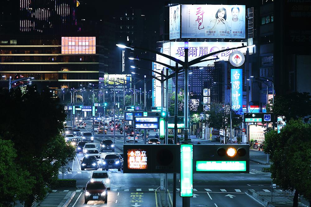 路口智能路燈結合號誌燈牌一體成型,未來還將導入環境感測等功能。(攝影/Carter)