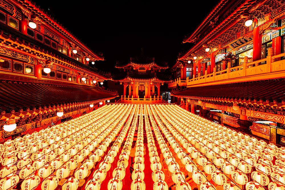 從高雄三鳳宮二樓看下去,一片紅色燈龍海宛如日本動畫電影神隱少女場景。(攝影/陳建豪)