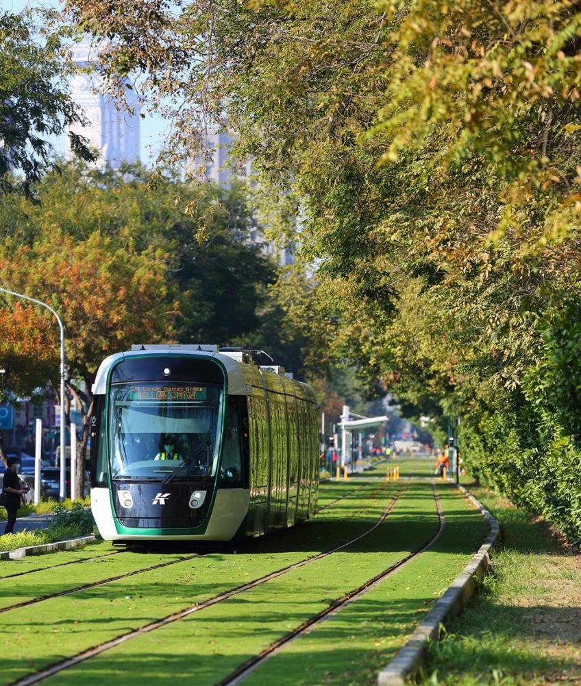 沿線經過綠化,形成1條生機盎然的綠色廊道。 (圖片提供/高雄市政府捷運工程局)