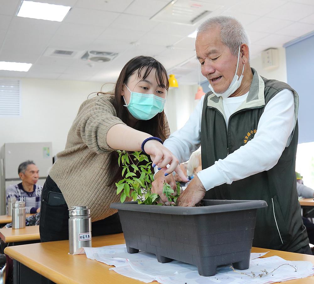 鄉下長輩因為接觸農作,對植物都很喜歡跟熟悉,透過種植植物讓長輩們手腦並用。(攝影/Carter)