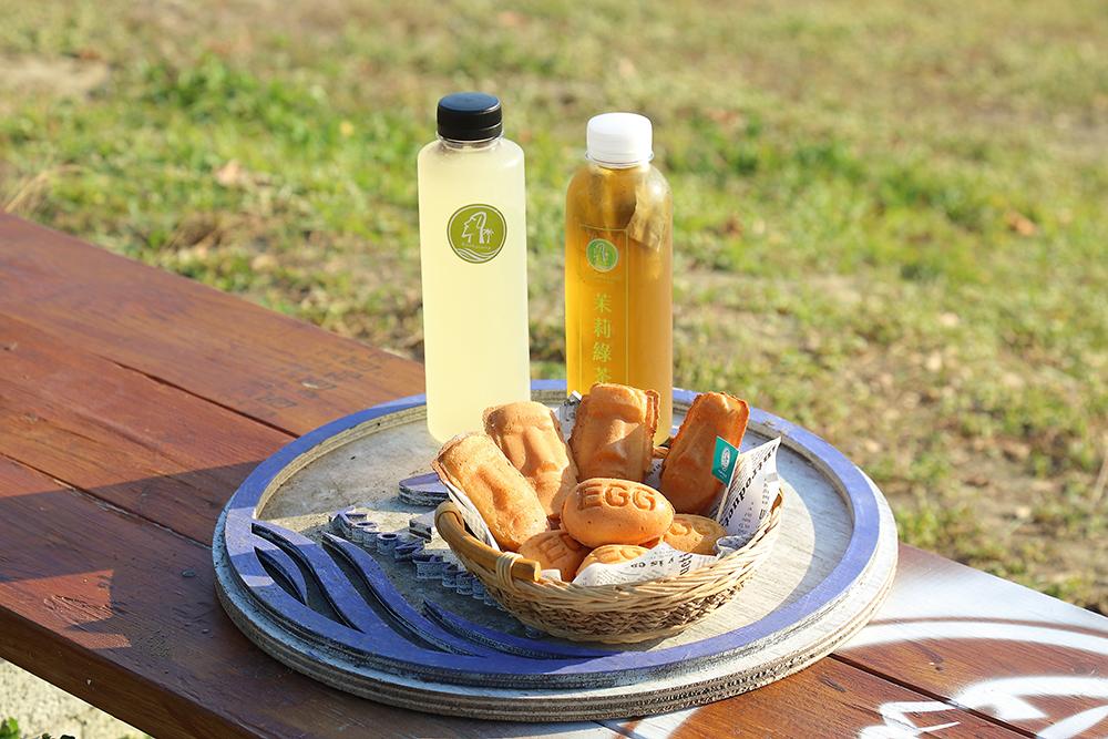冷泡茶是找茶葉廠商自行製作,雞蛋糕則是可愛的摩艾造型。 (攝影/李惠洲)
