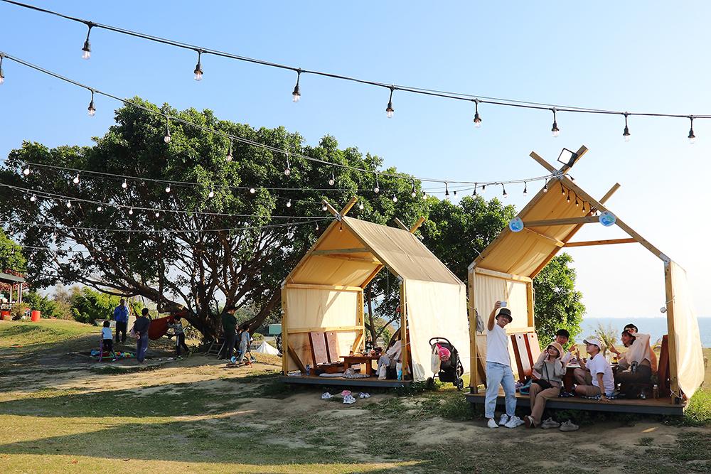 在帳篷棧板欣賞一望無際的草地和海景,彷彿擁抱全世界,讓心情也跟著飛揚。(攝影/李惠洲)