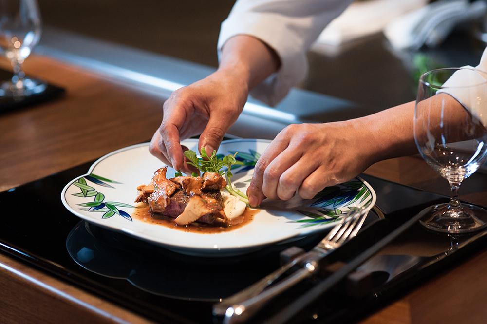 餐盤由日本知名「有田燒」中最具歷史的「源右衛門窯」純手工燒製,透過餐具寓意了台灣與日本飲食藝術上的合作,饕客在品味入口即化的和牛之前,可別忘了細細端詳。(圖片提供/Ukai-tei)