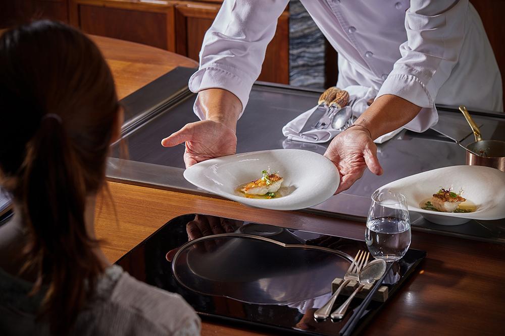 日本國宴等級的Ukai-tei鐵板燒,擁有米其林星級血統,由料理人在鐵板前優雅演出。(圖片提供/Ukai-tei)