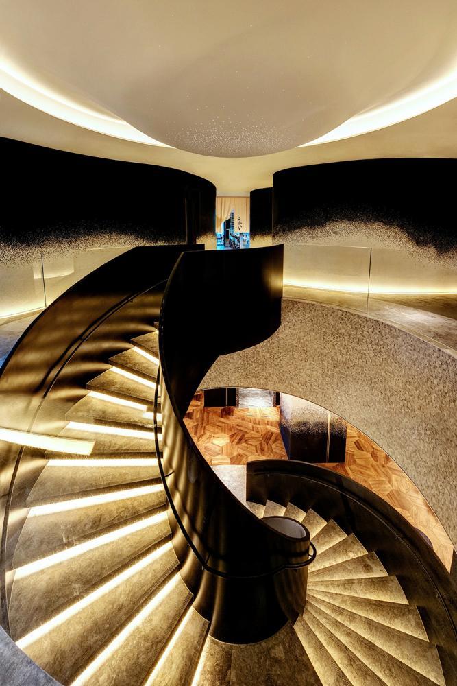 通往 UKAI 鐵板燒的樓梯迴旋而下,走入雲水地磚與黑白馬賽克壁磚共同描繪的潑墨山水。(圖片提供/Ukai-tei)