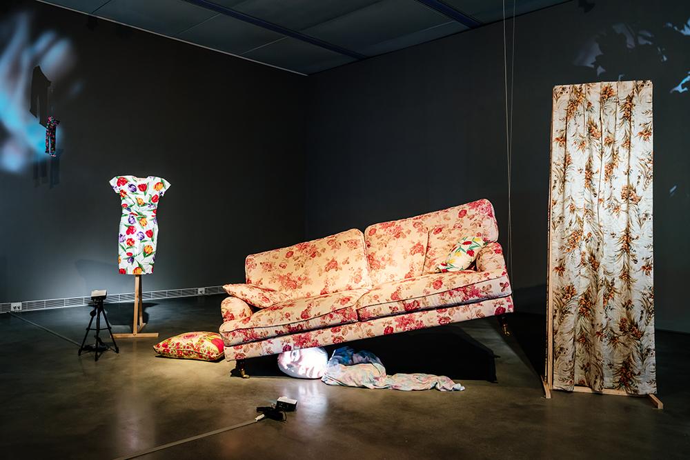 《黑盒-幻魅於形:湯尼・奧斯勒》展覽作品〈茱蒂Judy〉,以投影結合物件呈現多重人格障礙的心理狀態。(攝影/陳建豪)