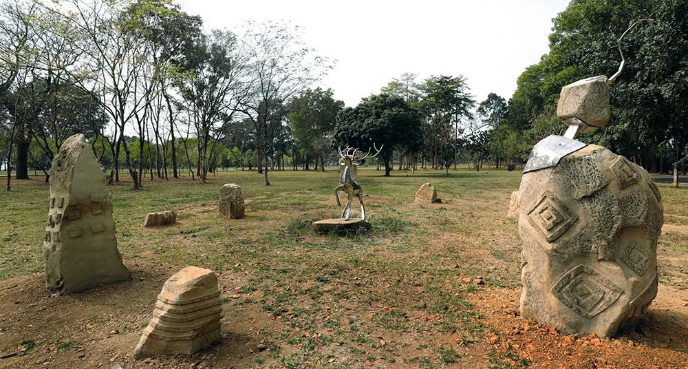 台灣當代原民藝術家雷恩創作大地之心,結合石頭圖騰象徵人類古老文明的雕刻,與其鋼雕「鹿」的生命力量,傳遞人類與自然的共生共融,相互依存。(圖片提供:茂林國家風景區管理處)