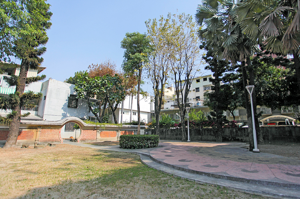 穿過中式圓拱門,可以通往擁有大片綠地的後庭院。(攝影/李瑰嫻)